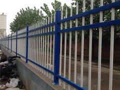 铁艺护栏代替了传统的砖混围墙